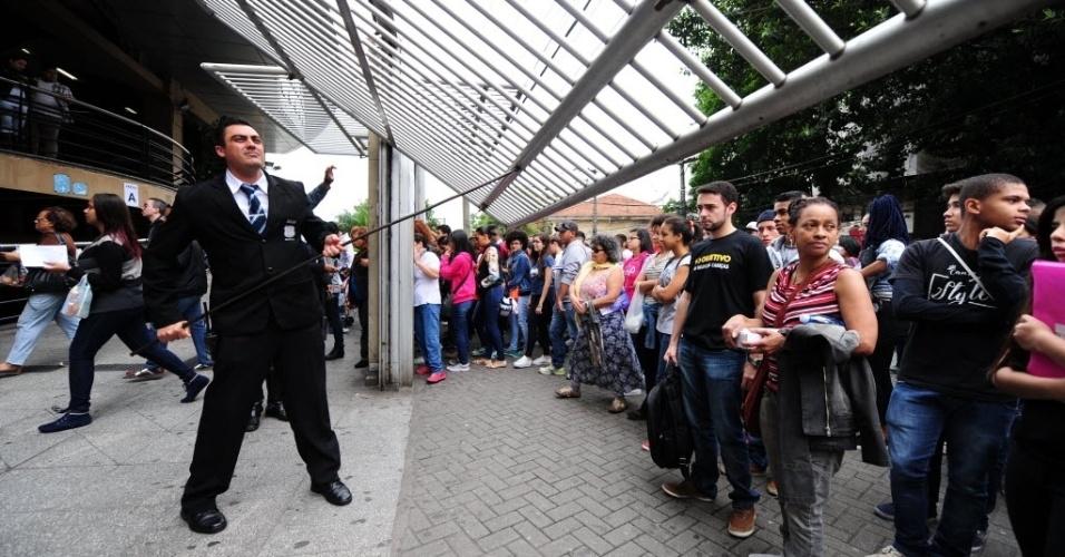 5.NOV.2016 - Seguranças da Uninove, um dos maiores locais de prova do Enem em São Paulo, fecham os portões da universidade impedindo a entrada de candidatos que chegaram atrasados