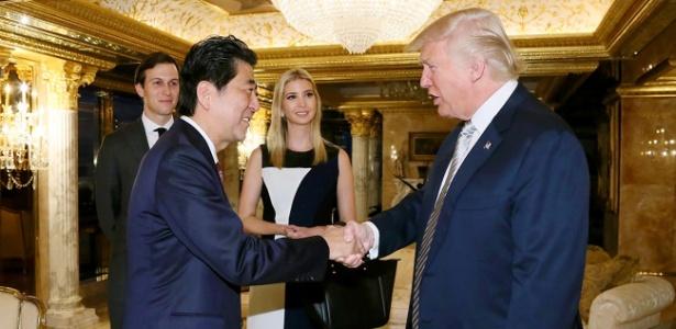 Ivanka Trump participa de reunião com o primeiro-ministro do Japão e o pai, o presidente eleito Donald Trump