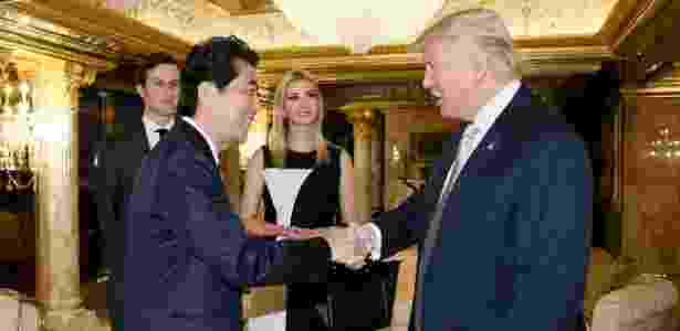 Ivanka Trump participa de reunião com o primeiro-ministro do Japão e o pai, o presidente eleito Donald Trump - Gabinete do premiê do Japão/AFP