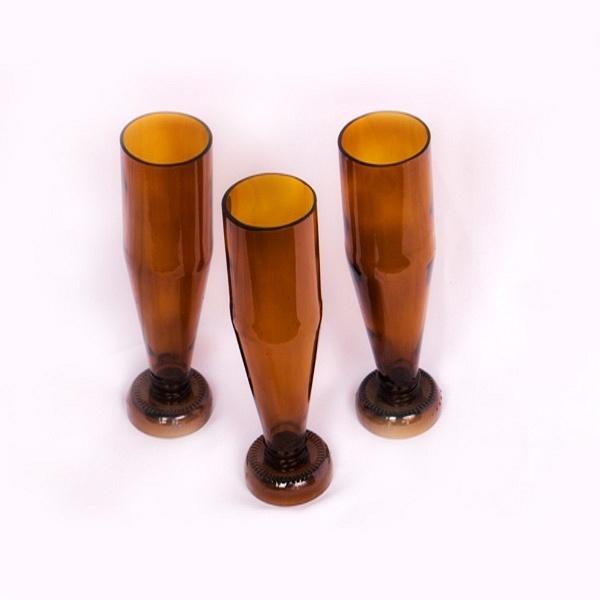 Copos  feitos com garrafa de vidro pela empresa Casa do Vidro, arrendada pela ong Associação Amigos do Rio Formoso de Bonito (MS)