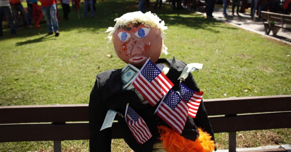 20.jan.2017 - Boneco do presidente dos EUA, Donald Trump, é colocado em banco antes de protesto na Cidade do Panamá