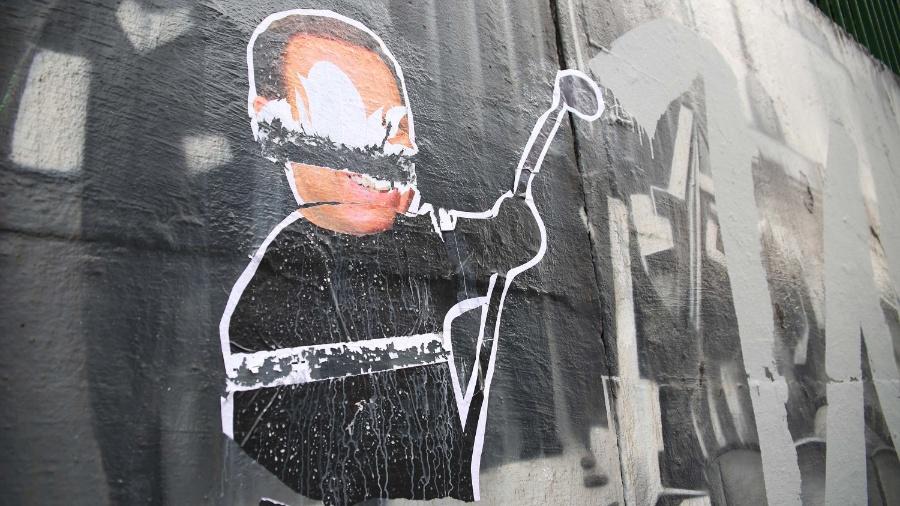 Obra de Kobra era uma das oito que a Prefeitura de São Paulo tinha preservado nos muros da 23 de maio por considerar que estava em bom estado de conservação. Na pichação, Doria aparece em caricatura pintando o muro com um rolo de tinta - Renato S. Cerqueira/Futura Press/Estadão Conteúdo