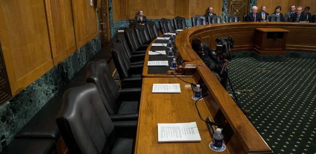 Cadeiras vazias de senadores democratas na sessão da Comissão de Finanças do Senado que votaria indicações de membros do gabinete de Donald Trump, em Washington