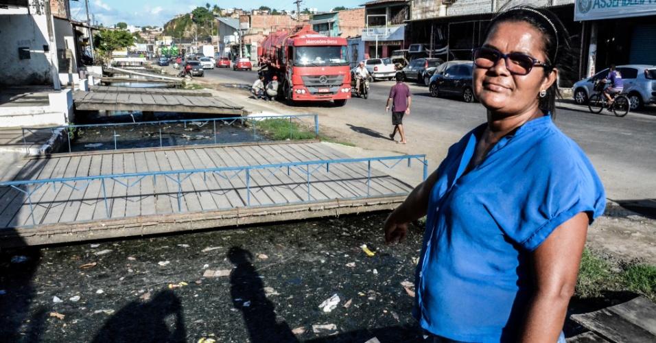 """3.fev.2017 - Elilde Bezerra, 43, é camelô no bairro da Levada. Ela reclama que, com a falta de saneamento, os esforços contra o mosquito da Dengue são em vão. """"Não adianta cuidar da minha casa e ter esse esgoto correndo na porta?"""
