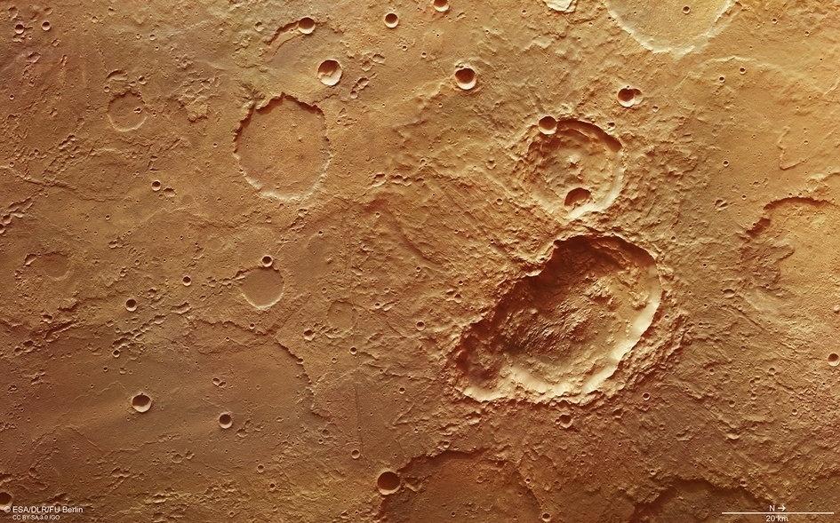 """7.abr.2017 - CRATERAS NO PLANETA VERMELHO - Três crateras despontam em Terra Sirenum, uma das regiões mais antigas de Marte, no planalto sul do """"planeta vermelho"""", em imagem feita pela Agência Espacial Europeia (ESA) com uma câmera de alta de resolução"""