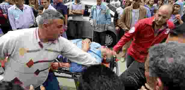 Homem recebe socorro após ataque à igreja copta em Tanta - Mohamed Abd El Ghany/Reuters
