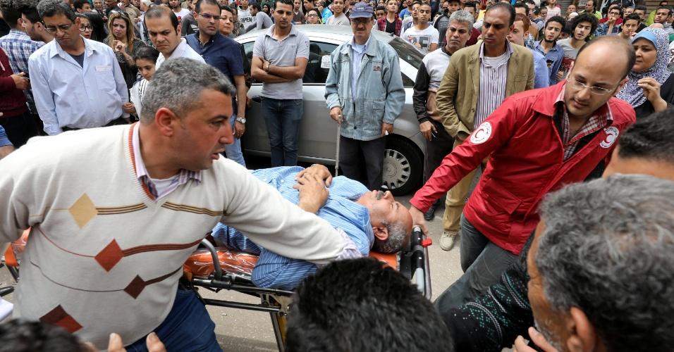9.abr.2017 - Vítima da explosão na igreja copta de Tanta, no norte do Egito, é socorrida