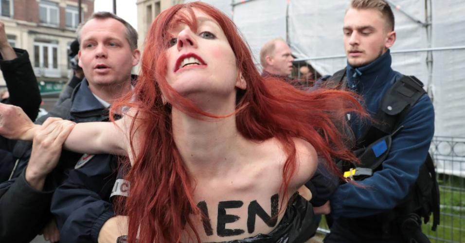 7.mai.2017 - Ativista do grupo feminista Femen é presa ao protestar contra a candidata ultradireitista à Presidência da França, Marine Le Pen