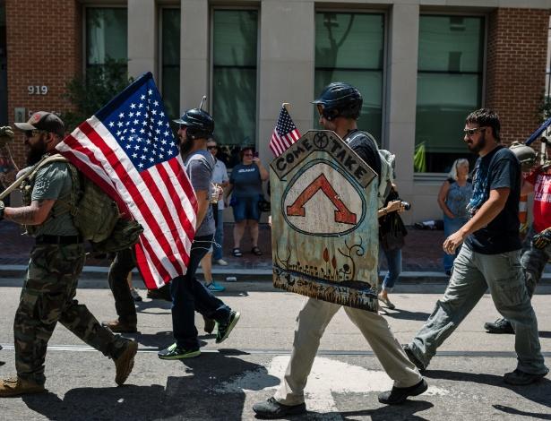 Manifestantes contrários ao plano de remoção dos monumentos caminham em Nova Orleans