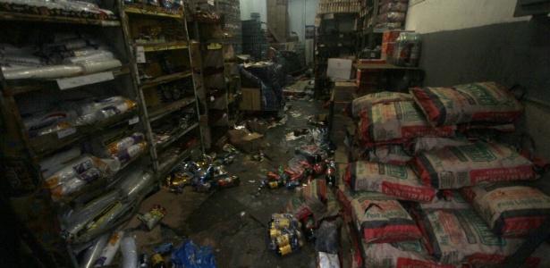 Imagem mostra uma das lojas arrombadas e saqueadas no Rio