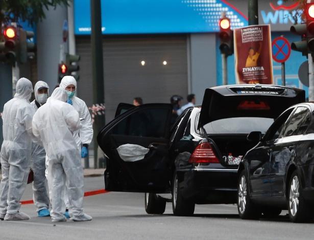 25.mai.2017 - Peritos inspecionam o carro do ex-primeiro-ministro da Grécia Lucas Papademos, após a explosão da carta-bomba  - COSTAS BALTAS/REUTERS