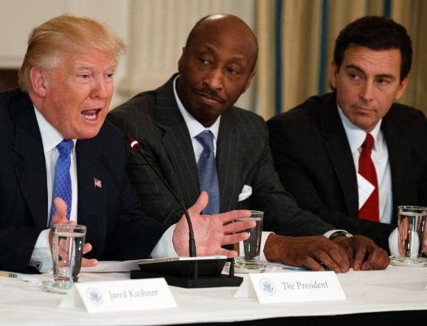 Em foto de arquivo, Donald Trump discursa em reunião do Conselho de Manufatura. Ao centro, o executivo Kenneth Frazier, da farmacêutica Merck, que renunciou ao posto - Evan VuccI - 23.fev.2017/AP
