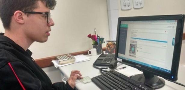 Anderson Andrade com seu plano de estudos virtual: dados fornecidos pelos alunos ajudam a identificar o que foi aprendido e o que precisa ser reforçado nas aulas - BBC Brasil