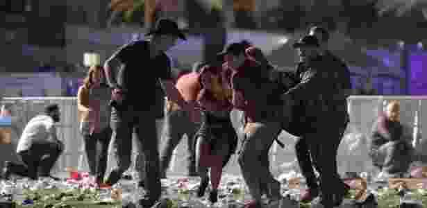 1.out.2017 - Pessoas carregam vítima após tiroteio em festival de música country, em Las Vegas, Nevada - David Becker/ AF - David Becker/ AF