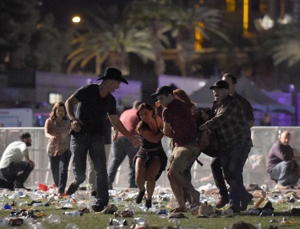 1.out.2017 - Pessoas carregam vítima após ataque em festival de música country, em Las Vegas, Nevada