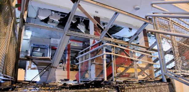Bandidos explodiram os caixas eletronicos do Banco Santander na Vila da Penha, no Rio