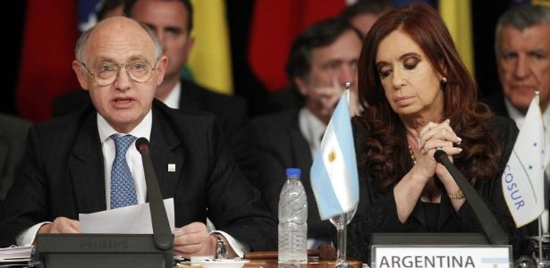 29.jun.2012 - Héctor Timerman, então ministro das Relações Exteriores da Argentina, ao lado da presidente Cristina Kirchner em encontro do Mercosul