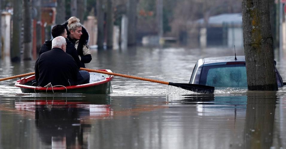 27.jan.2018 - Moradores do bairro residencial Villeneuve-Saint-Georges, em Paris, usam botes para se locomoverem por causa do aumento no nível do rio Sena