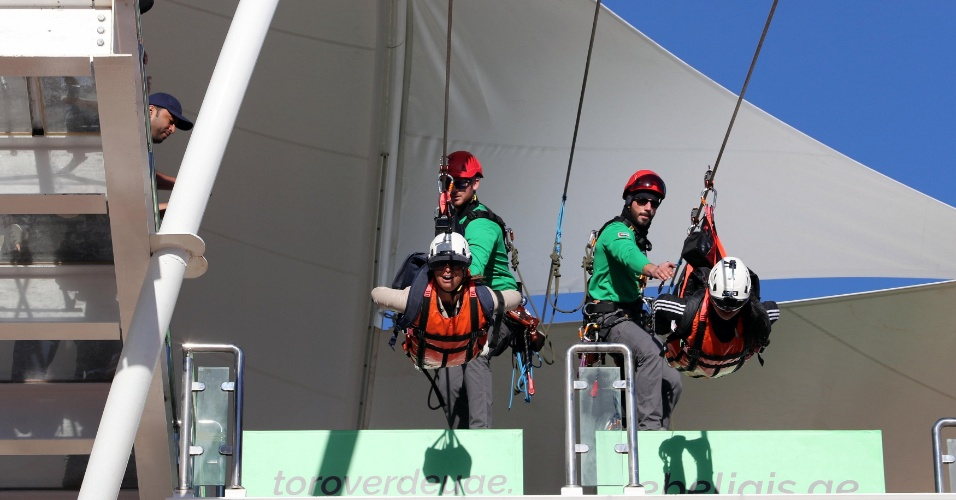 31.jan.2018 - Turistas se preparam para pular na maior tirolesa do mundo, nos Emirados Árabes