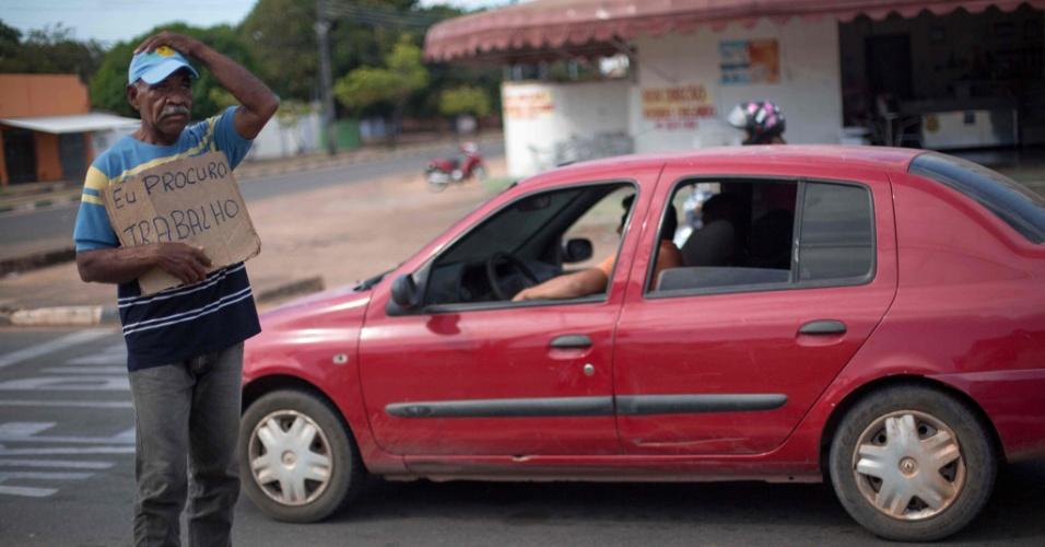 26.fev.2018 - Pintor de casas venezuelano Jose Ojeda, 52, fica em um semáforo de Boa Vista, Roraima, com uma placa pedindo emprego