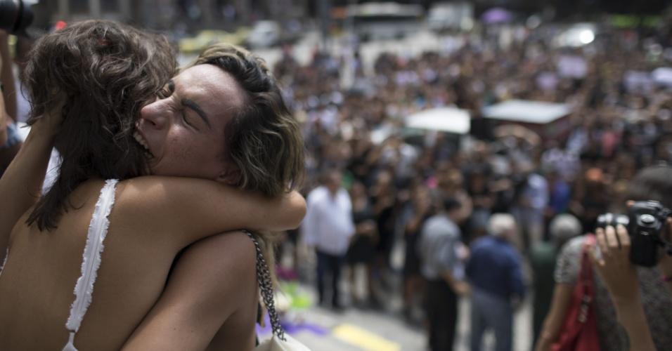15.mar.2018 - Mulheres se abraçam no ato em homenagem à vereadora Marielle Franco (PSOL-RJ), assassinada na noite da quarta-feira (15) no centro do Rio. O ato acontece do lado de fora  da Câmara Municipal do Rio de Janeiro , onde será velado o corpo da vereadora. O velório será a portas fechadas