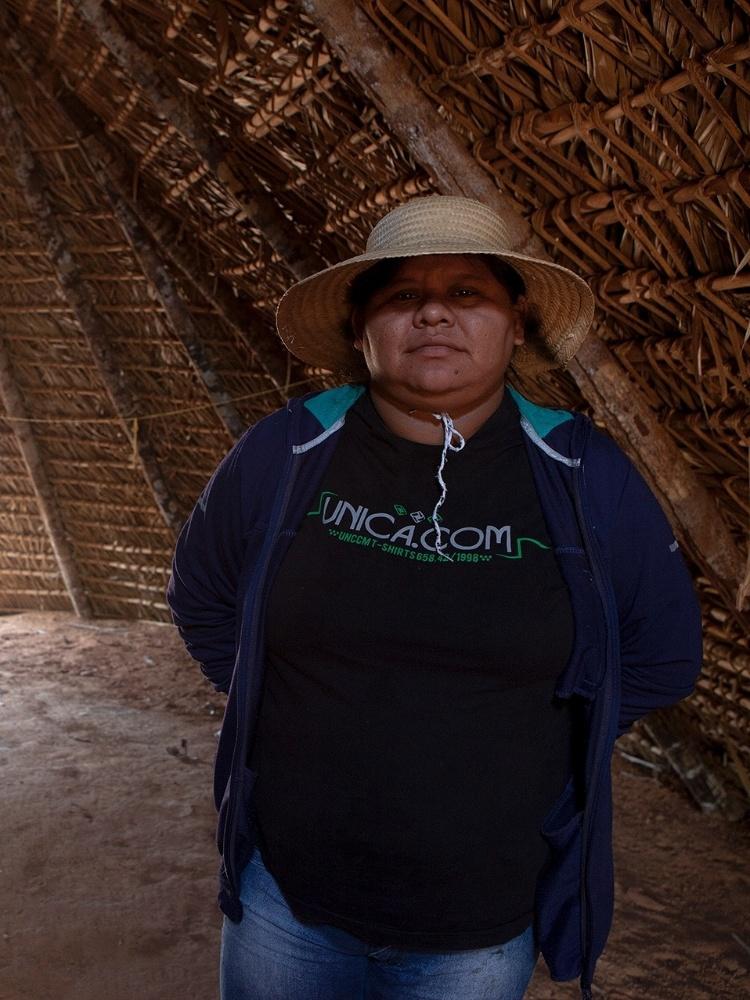 A cientista social Tipuici Manoki em casa tradicional na Aldeia Paredão (MT)