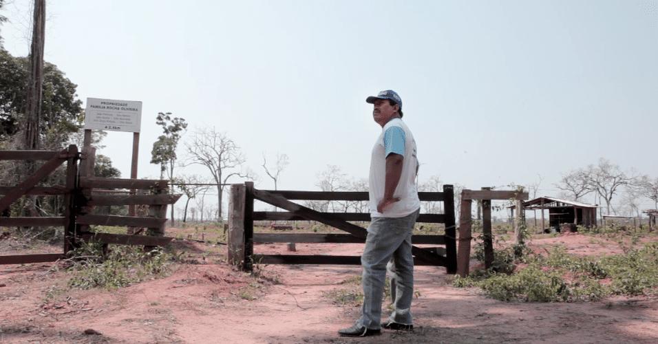 José Francisco Jamoexi em frente à porteira de uma fazenda dentro da TI Manoki, durante visita de monitoramento em outubro de 2017