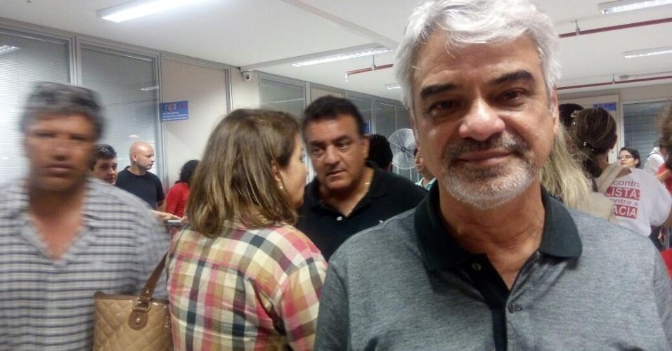 6.abr.2018 - De acordo com o senador Humberto Costa, a tendência é que Lula fique no sindicato, ainda que ?outras possibilidades? estejam sob análise. ?Como ele se entregar sem resistência ou nós o levarmos até Congonhas, por exemplo?, disse Costa ao UOL.