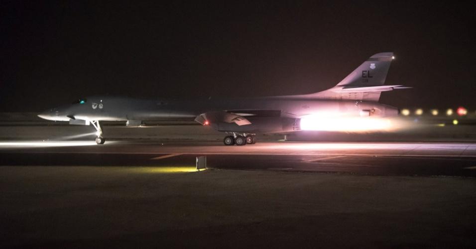 14.abr.2018 - Avião bombardeiro B-1B parte da base norte-americana de Al Udeid, no Qatar, para atacar a Síria