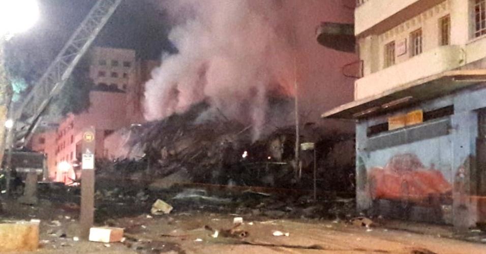 1º.abr.2018 - Escombros do prédio que desabou no centro de São Paulo após incêndio na madrugada