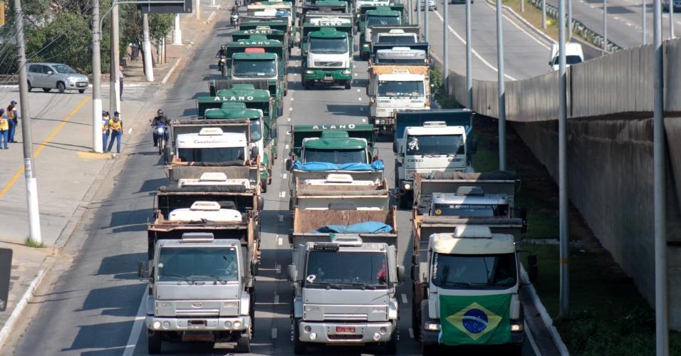 Caminhoneiros protestam na Marginal Pinheiros, em São Paulo, contra o aumento do diesel
