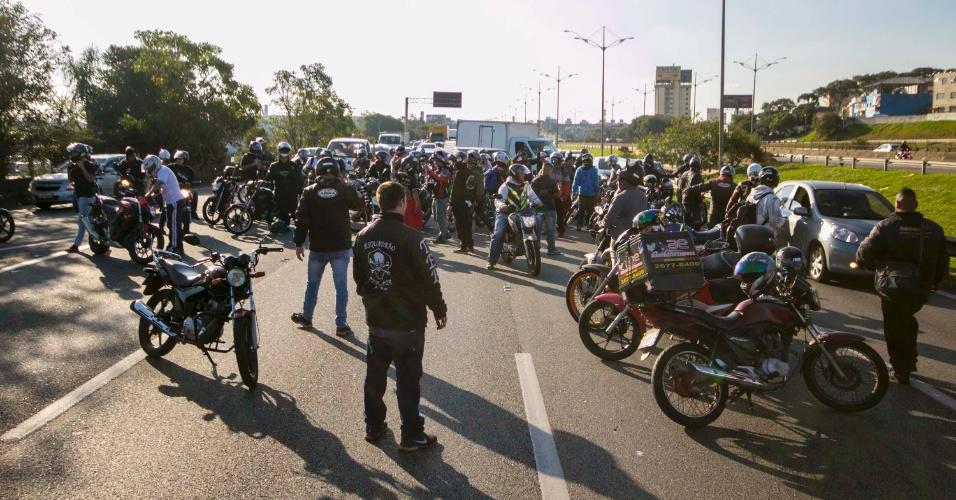 Motociclistas protestam na pista local (sentido litoral) do km 116 da rodovia Anchieta, em São Bernardo do Campo, no ABC paulista, na tarde desta segunda-feira (28), em apoio aos caminhoneiros e contra o aumento do preço dos combustíveis
