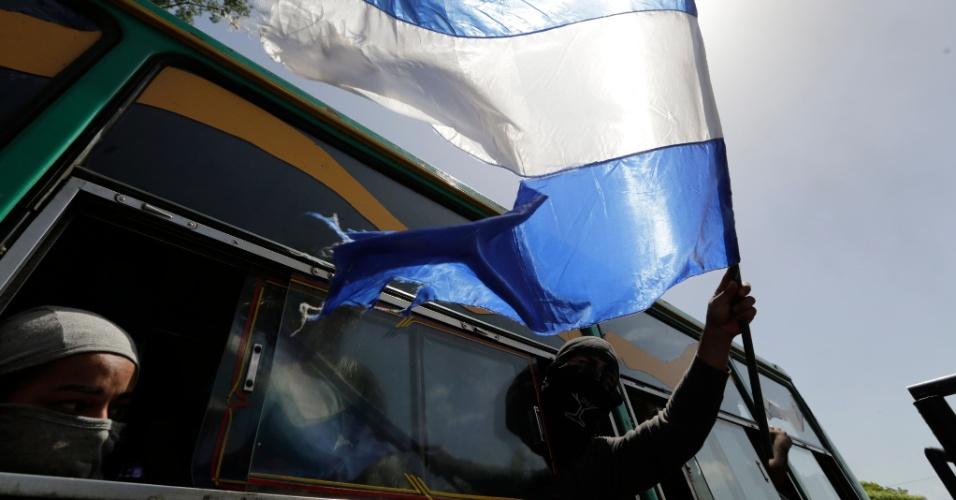 14.jul.18 - Estudantes universitários deixam a Catedral Metropolitana, após terem passado a noite na igreja, cercados pela polícia