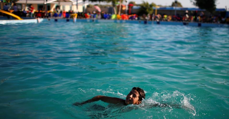 Criança nada em Gaza