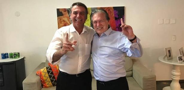 Bolsonaro durante encontro com o presidente do PSL, Luciano Bivar, em janeiro