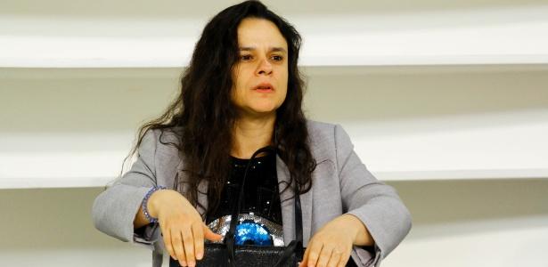 30.jul.2018 - Advogada Janaina Paschoal acompanha Bolsonaro na gravação do Roda Viva, da TV Cultura