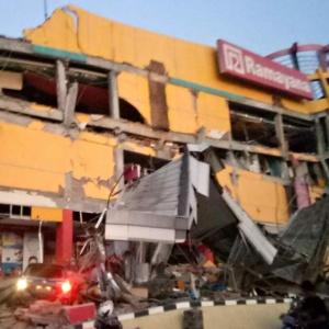 28.set.2018 - Shopping ficou destruído após tremor em Palu, na Indonésia - BNPB/AFP