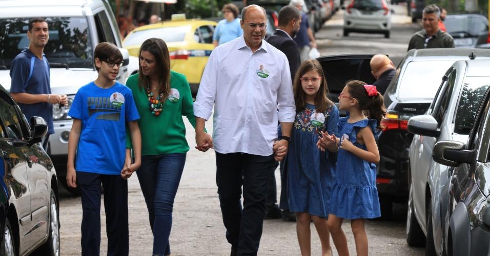 Candidato ao Governo do Rio, o ex-juiz federal Wilson Witzel chega acompanhado da família para votar
