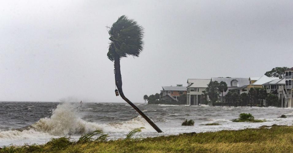 10.out.2018 - Ventos e ondas fortes açoitam casas em Shell Point Beach, na Flórida