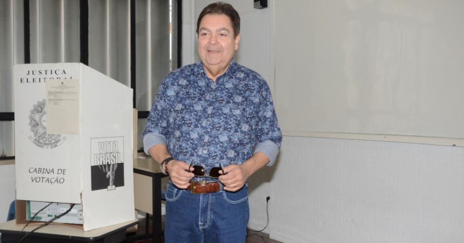 28.out.2018 - O apresentador Fausto Silva esteve no Colégio Santo Américo, zona sul de São Paulo, para votar no segundo turno