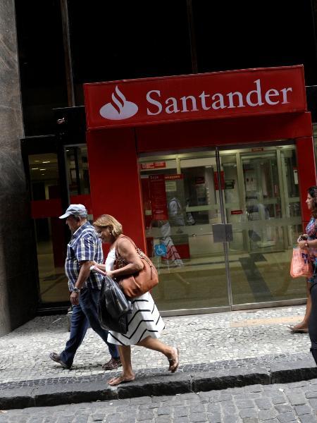 Fachada de agência do banco Santander, que oferece horários exclusivos de atendimento para idosos durante pandemia de coronavírus - Ricardo Moraes/Reuters