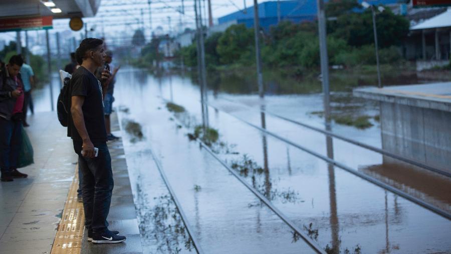 Passageiros esperavam que trens da CPTM, em São Paulo, voltassem a funcionar após noite de temporal - Bruno Rocha/Fotoarena/Estadão Conteúdo
