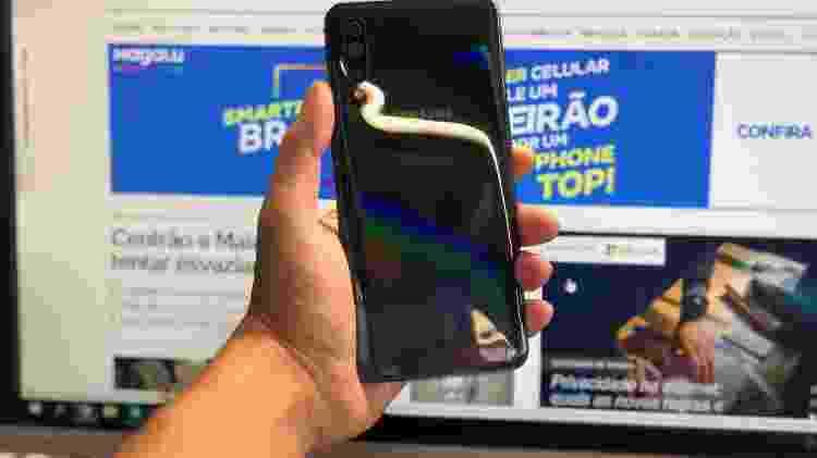 Traseira do Galaxy A50 tem efeito legal na luz, mas fica cheia de marca de gordura - Gabriel Francisco Ribeiro/UOL
