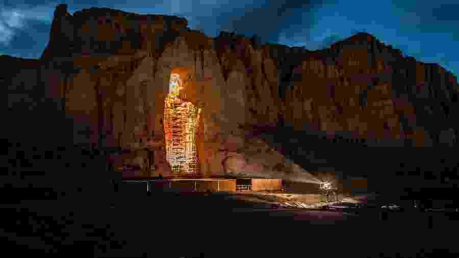 Projeção 3D de uma estátua de Buda, conhecida como Solsol, que foi destruída pelo Taleban em 2001, em Bamiyan - Jim Huylebroek/The New York Times