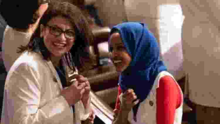 Rashida Tlaib (à esquerda, ao lado de Ilhan Omar) é a primeira mulher de origem palestina a servir no Congresso - Getty Images - Getty Images