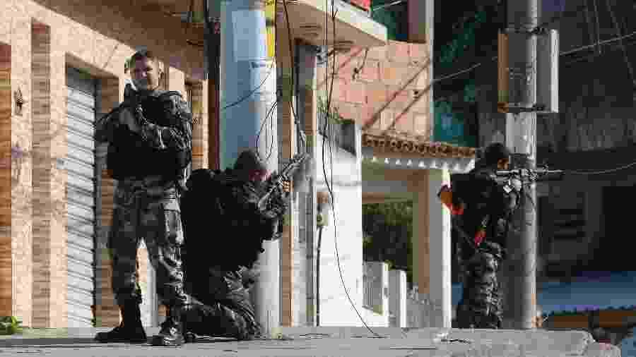Policiais fazem operação no Complexo do Alemão, zona norte do Rio - REGINALDO PIMENTA/AGÊNCIA O DIA/AGÊNCIA O DIA/ESTADÃO CONTEÚDO