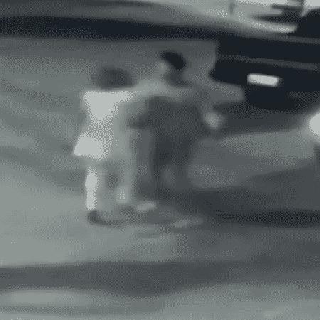 Câmeras de segurança de um condomínio filmaram toda a agressão - Reprodução/TV Anhanguera