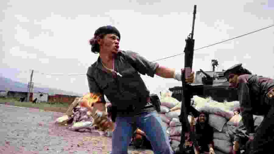 """""""Molotov Man"""", ou """"homem molotov"""", se tornou um símbolo da revolução sandinista na Nicarágua - Susan Meiselas/Magnum Photos"""
