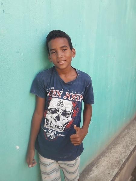 Everton Miguel dos Anjos, 13, disse que entrou no mar para ajudar a tirar o óleo, mas que ficou desesperado ao se ver coberto pelo material - Arquivo pessoal