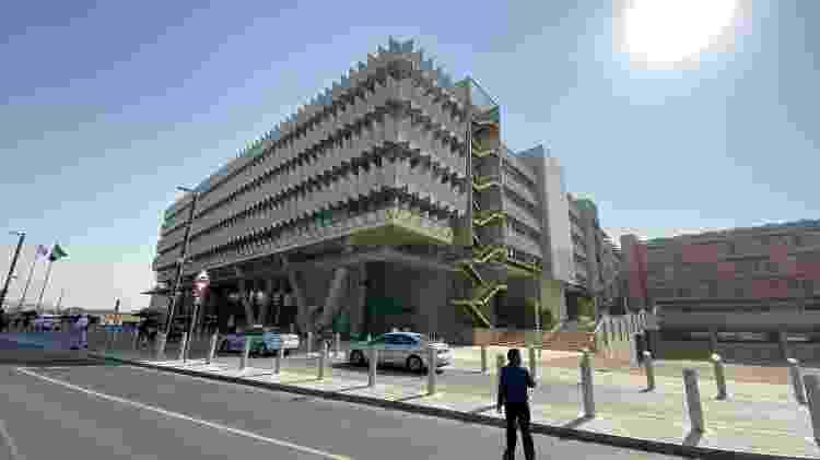 Prédio da Siemens no centro da Masdar City tem sustentabilidade escondida nos detalhes, como escada de incêndio fora do prédio - Gabriel Francisco Ribeiro/UOL - Gabriel Francisco Ribeiro/UOL